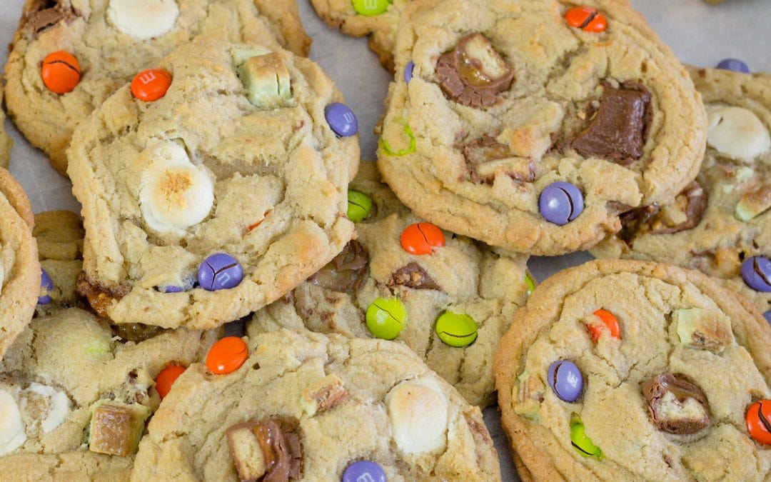 How to make Candy Bar Cookies using Leftover Halloween Candy  #HalloweenTreatsWeek