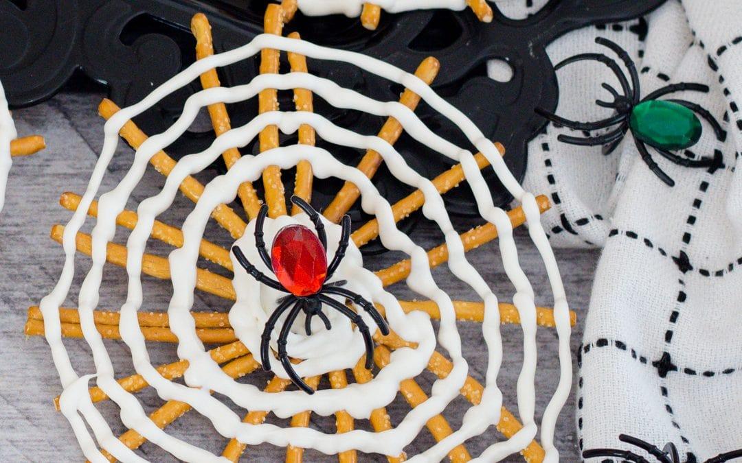 Super Fun and Easy Halloween Pretzel Treat #halloweentreatsweek
